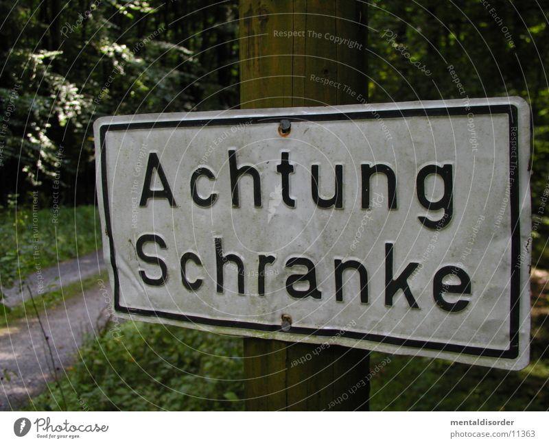 Achtung Schranke Wald Gras Wege & Pfade laufen Schilder & Markierungen Schriftzeichen Ende Buchstaben stoppen obskur Hinweisschild Respekt Am Rand Warnhinweis