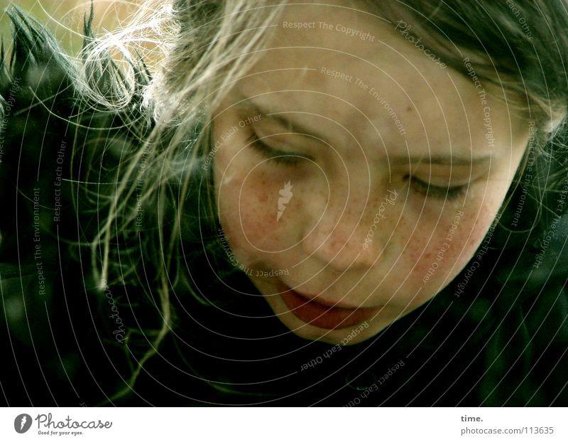 Gedankenversinkerin Mensch Kind Mädchen Gesicht Haare & Frisuren Kopf nachdenklich blond Kindheit Mund Nase 8-13 Jahre Konzentration langhaarig achtsam