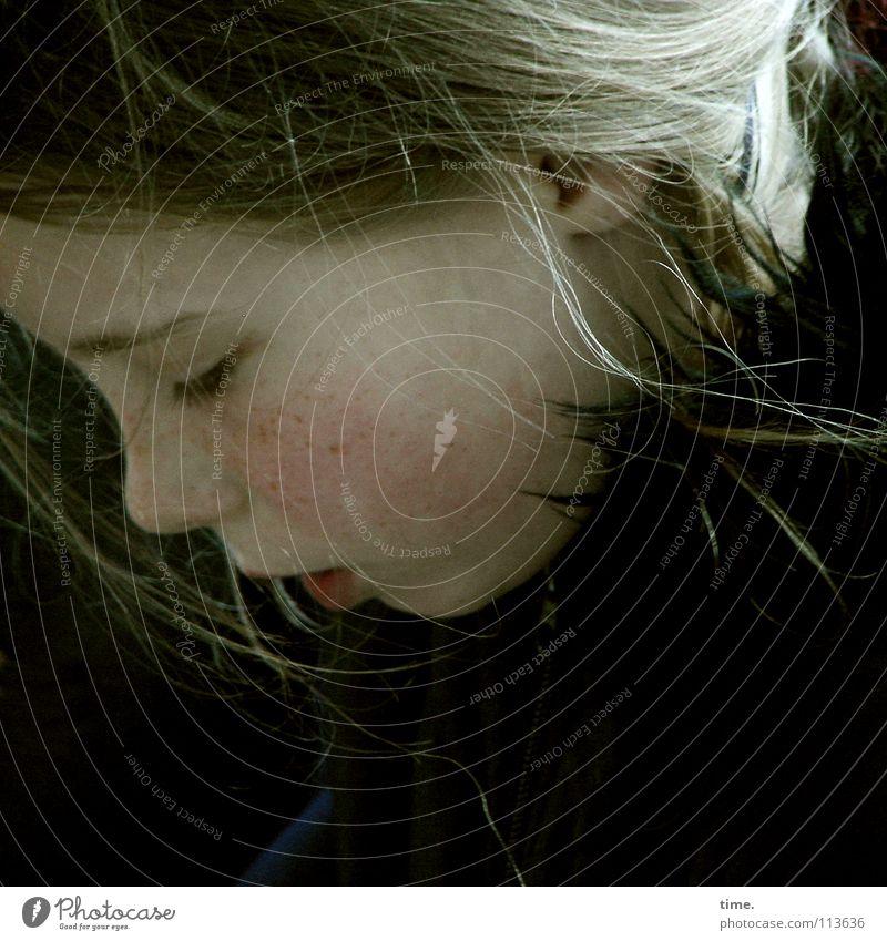 Träumerin schön Haare & Frisuren Kind Mädchen Mantel blond Locken schwarz Konzentration Haarsträhne zerzaust langhaarig Textfreiraum unten Farbfoto