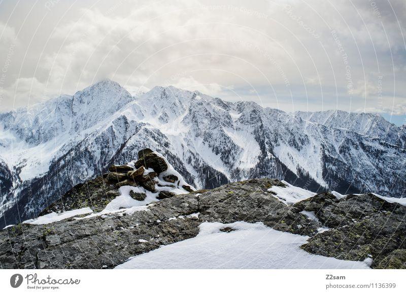 Abkühlung Natur Ferien & Urlaub & Reisen Einsamkeit Landschaft Winter kalt Umwelt Berge u. Gebirge Schnee Felsen Erde Wetter hoch groß bedrohlich Abenteuer