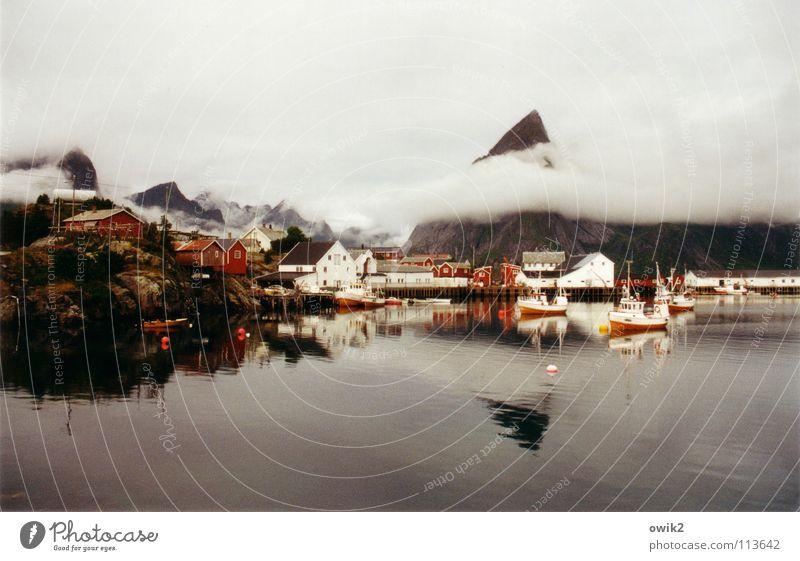 Verhangen Ferne Meer Insel Berge u. Gebirge Wasser Wolken Wetter schlechtes Wetter Fischerdorf Hafen Schifffahrt Fischerboot Wasserfahrzeug frisch kalt oben