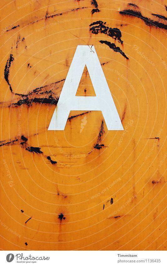 Ein A. Metall Schriftzeichen ästhetisch einfach orange weiß Kratzer Rost kleben Container Buchstaben Farbfoto Außenaufnahme Menschenleer Tag