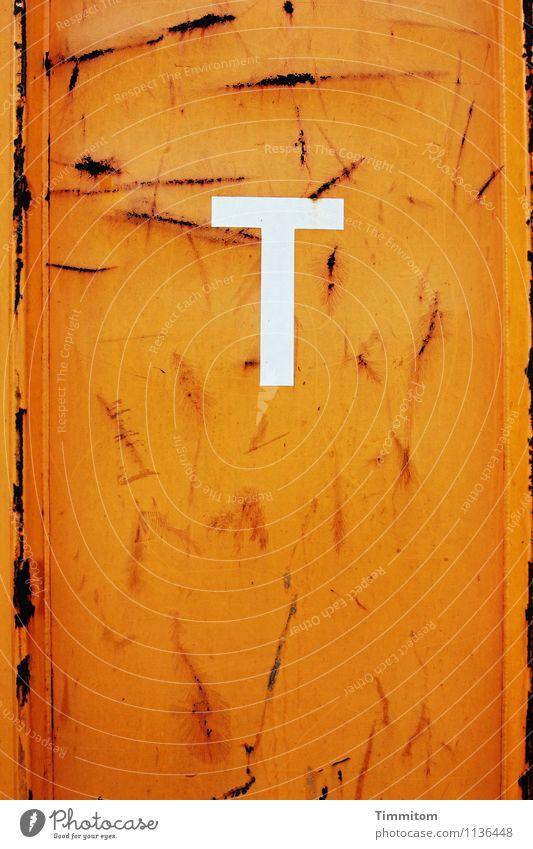 Ein T. Container Metall Schriftzeichen ästhetisch einfach orange weiß Gefühle Optimismus Farbe Kratzer Linie Rost Farbfoto Innenaufnahme Menschenleer