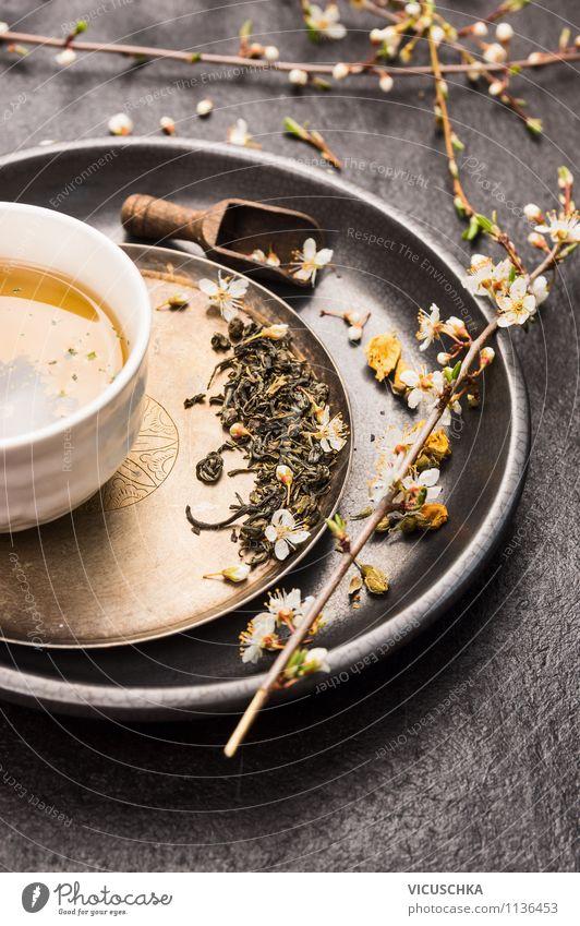 Grünen Tee mit Blüten trinken Lebensmittel Getränk Erfrischungsgetränk Heißgetränk Teller Schalen & Schüsseln Tasse Löffel Lifestyle Stil Design