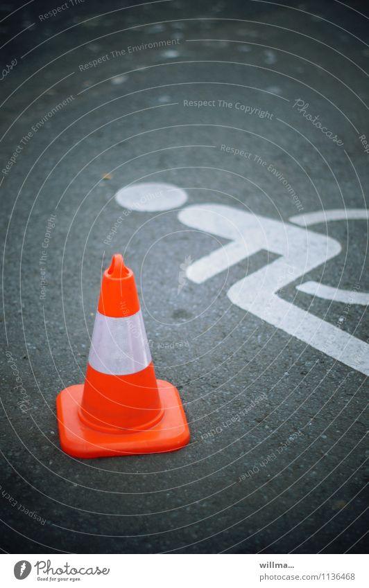 barrierefreiheit Schilder & Markierungen Zeichen Fürsorge Mobilität Parkplatz blockieren Behinderte sozial Verkehrszeichen Rollstuhl Akzeptanz Verkehrsleitkegel