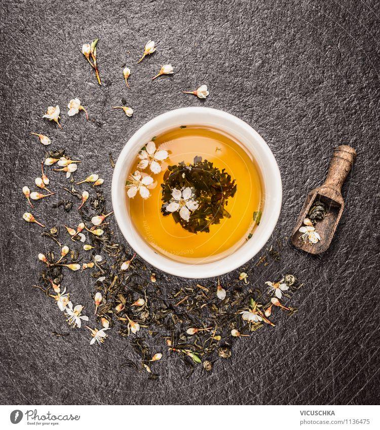 Tasse mit grüner Jasmin Tee auf schwarzem Hintergrund alt Erholung Blume Gesunde Ernährung gelb Leben Blüte Stil Holz Hintergrundbild Lebensmittel Design frisch Getränk Fitness Duft