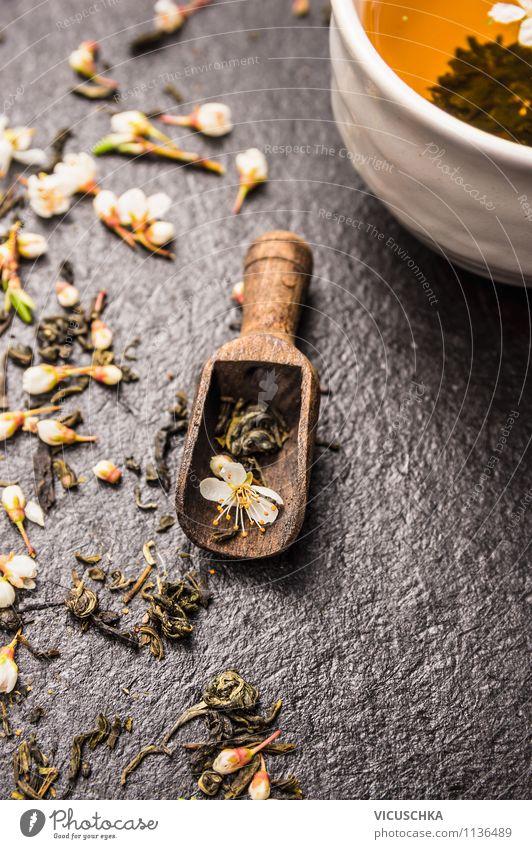 Grüner Jasmin Tee mit Blumen und Knospen Lebensmittel Tasse Lifestyle Stil Design Alternativmedizin Gesunde Ernährung Tisch Küche grün Blüte Blattknospe