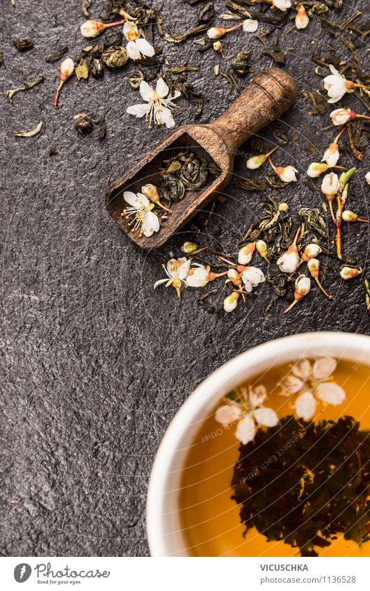 Tee mit Blüten in der Holzschaufel Natur grün Sommer Erholung Gesunde Ernährung dunkel Leben Stil Hintergrundbild Lebensmittel Design Tisch Getränk Duft