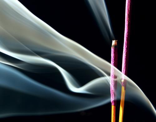 Stäbchen. Räucherstäbchen Lavendel angenehm violett Staub zerbröckelt brennen Hippie schwarz Nebel Tibet Erholung Essstäbchen Tempel Buddhismus reinigend
