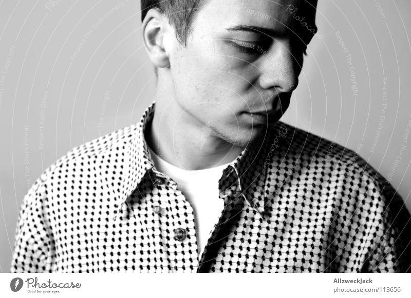 außen hart, innen ganz weich sensibel Gefühle Mann maskulin schwarz weiß Hemd Porträt Denken Schattenseite Oberkörper Schwäche Trauer Verzweiflung Scham