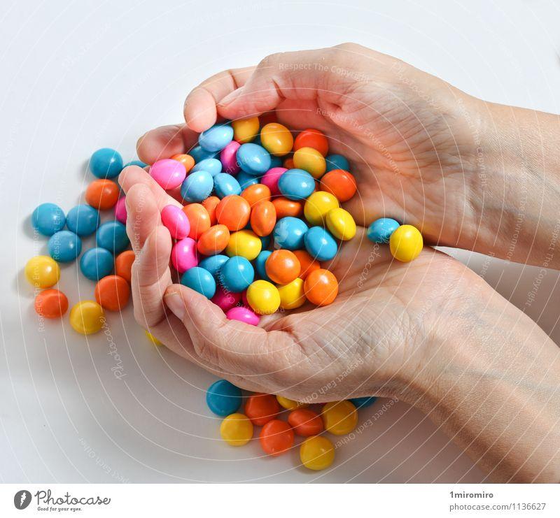 Farbige Süßigkeiten Lebensmittel Süßwaren Hand lecker süß gelb grün weiß Farbe Bonbon farbenfroh Konfekt Halt Snack Zucker ungesund Hände Farbfoto mehrfarbig