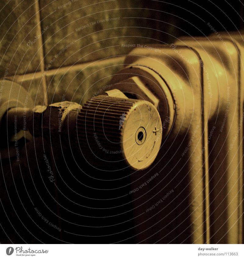 warm oder kalt dunkel Gefühle Wärme Wohnung retro Bad Fliesen u. Kacheln Zeichen Röhren Symbole & Metaphern Gesichtsausdruck Heizkörper Belichtung Klimawandel