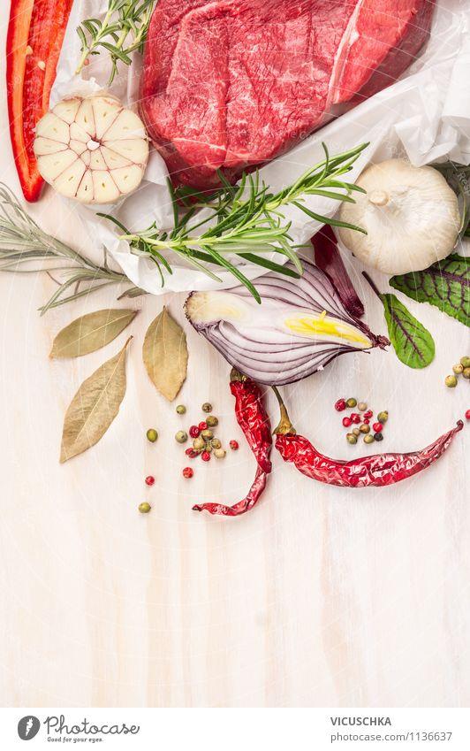 Rohes Fleisch mit Kräuter und Gewürze Gesunde Ernährung Leben Stil Holz Hintergrundbild Lebensmittel Design Tisch Kräuter & Gewürze Küche Gemüse Bioprodukte