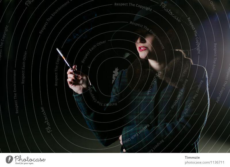 Film noir scène Mensch Jugendliche Stadt Junge Frau Erotik 18-30 Jahre Erwachsene Stil Lifestyle elegant ästhetisch Lebensfreude Coolness Rauchen Veranstaltung