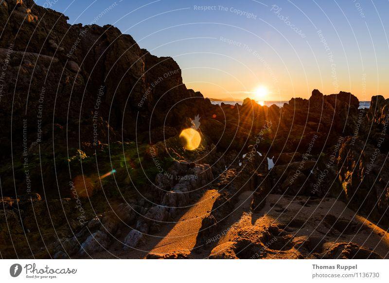Sonne streift die Felsen Himmel Natur Sommer Wasser Meer Strand Ferne Umwelt Küste Glück Freiheit Zufriedenheit Kraft Erfolg Fröhlichkeit