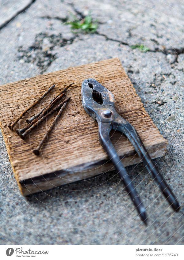 Bastelbrett heimwerken Handwerker Baustelle Werkzeug Zange Nagel Beton Holz Metall bauen alt Holzbrett Farbfoto Außenaufnahme Textfreiraum oben