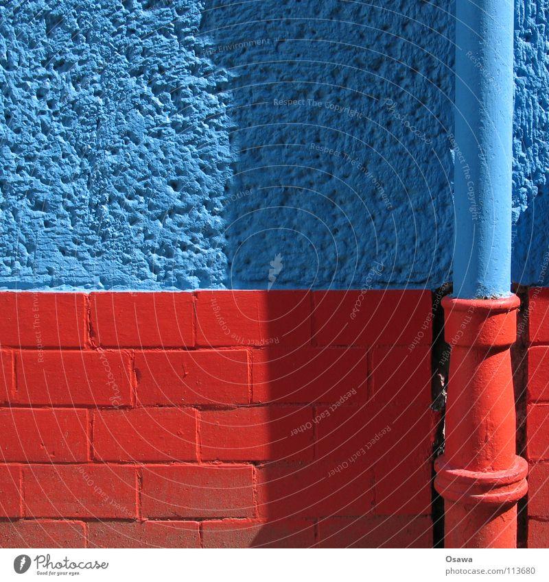 Tarnung Wand Fallrohr rot Mauer Anstrich unsichtbar Haus Gebäude Bauwerk Regenwasser Detailaufnahme Sommer Regenrohr Regenfallror blau Mimikri Farbe Rauputz