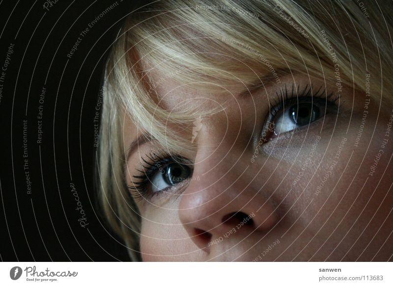 hübsches pony ;o) Porträt dunkel Vor dunklem Hintergrund blond strahlend Denken Frau Pony Haare & Frisuren Auge Nase Beleuchtung Detailaufnahme fehlender mund