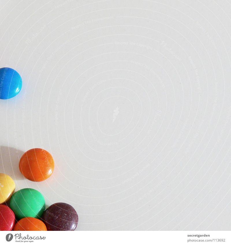 N&Ns sind alle.... Schokolade Schokolinsen rot gelb grün braun Überzug Zucker dünn Süßwaren weiß Tisch mehrfarbig Ernährung Pause klein Erinnerung