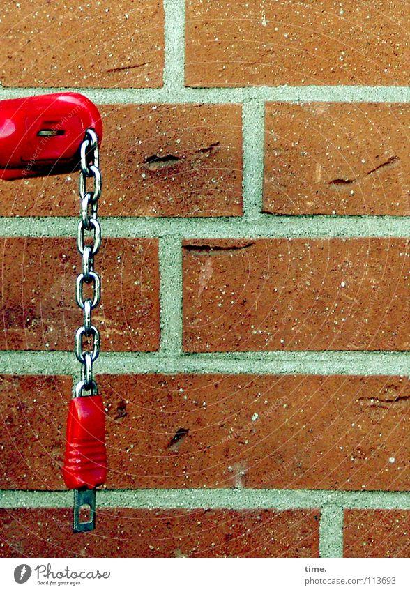 Leihwagen rot Wand Mauer Metall Fassade Kommunizieren Kunststoff Burg oder Schloss hängen Kette vertikal Fuge schließen horizontal Ware Supermarkt