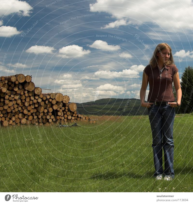 Langeweile... Frau Jugendliche Holz Sommer Wolken Pol- Filter Hessen Dame Hosentasche stehen Quadrat süß Sonnenstrahlen Hügel Bergkette Wiese Gras Himmel Cindy