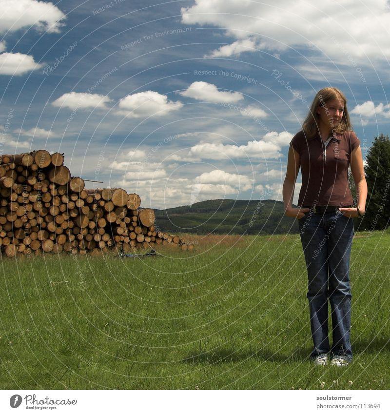 Langeweile... Frau Natur Jugendliche Himmel Pflanze Sommer Wolken Ferne Wiese Gras Berge u. Gebirge Holz süß Rasen stehen Hügel