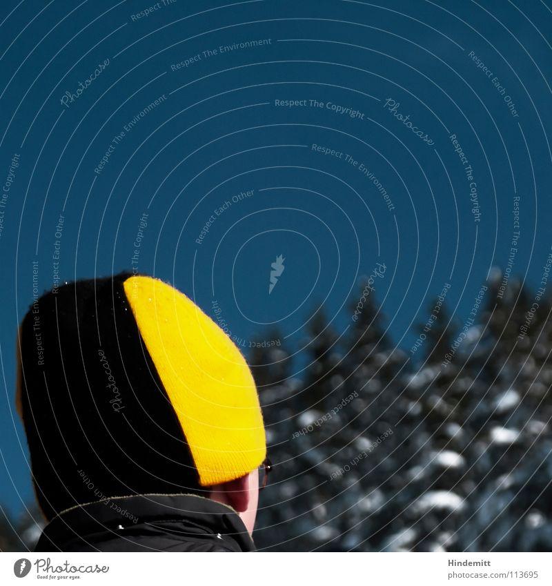 Die Mütze. dunkel schwarz lustig Kragen Anorak Jacke Baum grün Schnee weiß Denken Bewunderung vorwärts Außenaufnahme Winter Himmel blau quietschegelb unmodisch