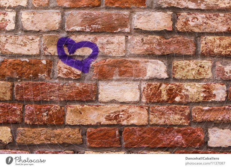 Herz au(f)s Stein Haus Mauer Wand Zeichen Graffiti violett rot Gefühle Glück Zufriedenheit Lebensfreude Frühlingsgefühle Sympathie Liebe Verliebtheit Romantik