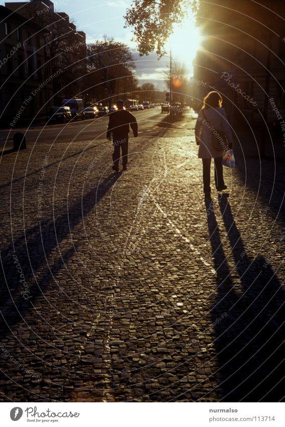 Guter Morgen XII nass Pfütze fahren Bürgersteig Platz Brunnen Herbst Licht aufgehen Frühaufsteher himmlisch Physik Verkehrswege Wasser Sonne Regen Bodenbelag