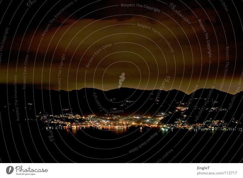 Nachtgedanken dunkel bedrohlich Sturm Wolken Nordlicht dramatisch Himmel See hell Reflexion & Spiegelung Hügel Bergkette Italien Piemonte Berge u. Gebirge Wind