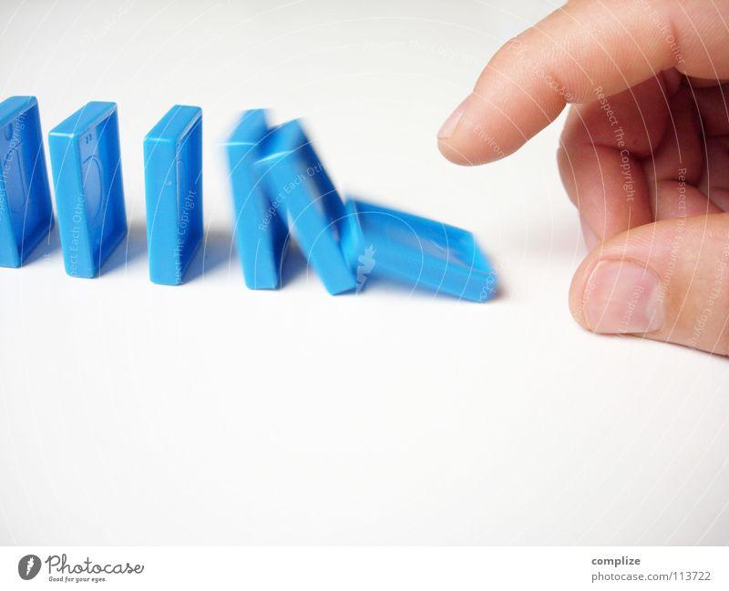 kettenreaktion Mann blau Hand Erwachsene Bewegung Spielen Glück Stein gehen liegen Freizeit & Hobby Erfolg stehen Kreativität Elektrizität einfach
