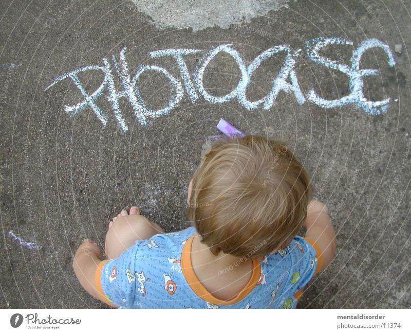 Photocase mit Künstler Kind Hand weiß blau Straße Junge Haare & Frisuren grau Kopf Stein Fuß orange blond Beton lesen Ecke