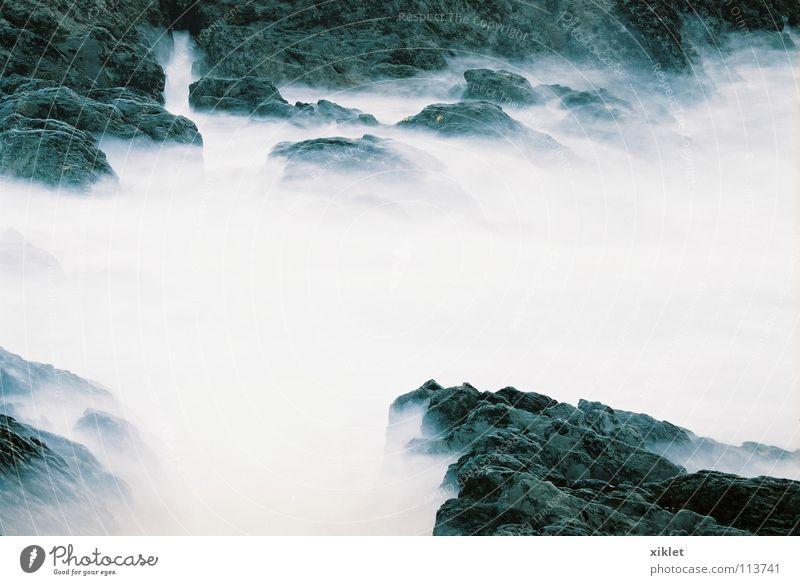 Wasser Meer Felsen träumen Rauch weich ruhen Wolken Rätsel weiß schwarz Kontrast mystisch außergewöhnlich Nebel Nebelschleier Stein
