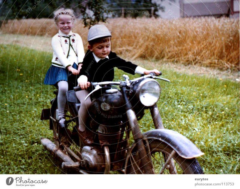 Wirtschaftswunderjahre... Farbfoto Außenaufnahme Freude Lampe Kind Mädchen Junge Wiese Feld Motorrad Kleinmotorrad Hut grün Frieden Weizenfeld