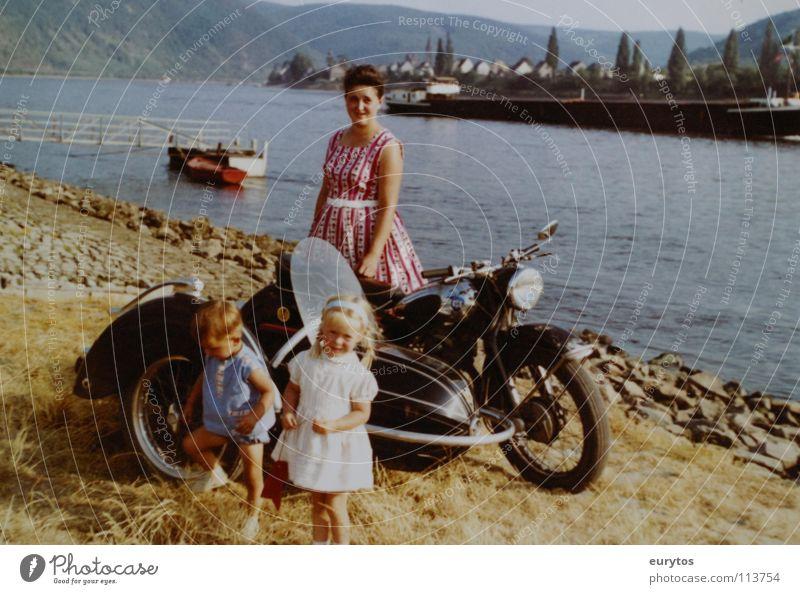 Wirtschaftswunderjahre... Motorrad Mosel (Weinbaugebiet) Wasserfahrzeug Mädchen Kind Mutter Geborgenheit Kleid Frieden Bmw Seitenwagen Rhein Fluss Junge Küste