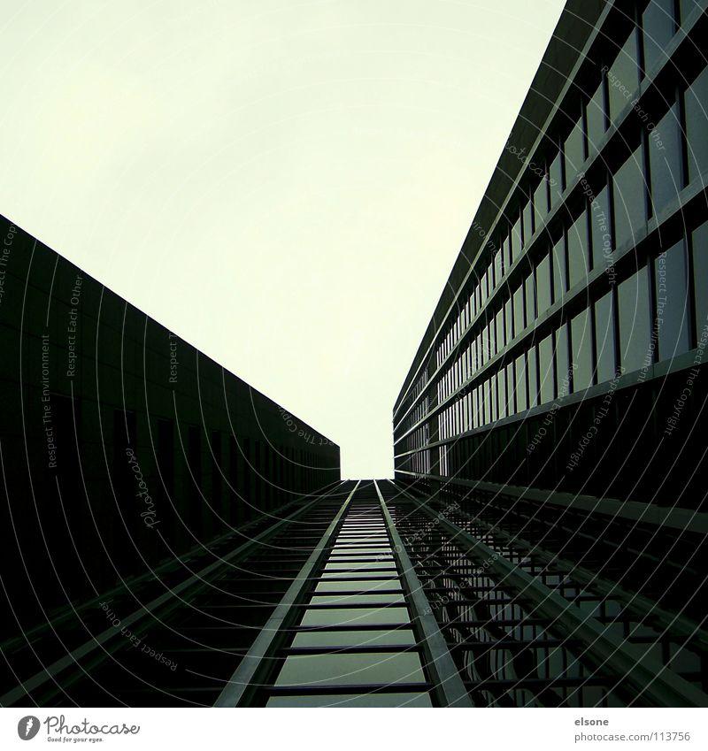 ::SCHIENE INS NICHTS:: Himmel Stadt Haus schwarz Leben dunkel kalt Arbeit & Erwerbstätigkeit grau Gebäude Business Schilder & Markierungen groß Hochhaus Zeit