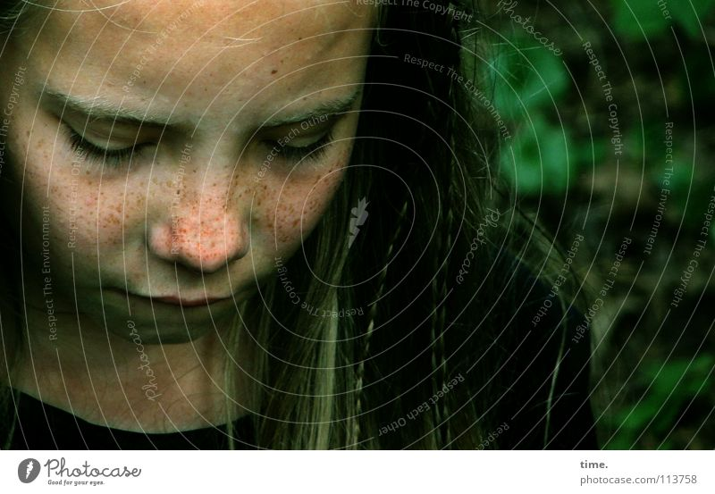 Vorübergehend traurig Kind Mädchen Gesicht Kopf Haare & Frisuren Traurigkeit blond Pause Trauer Konzentration Verzweiflung langhaarig Sommersprossen Schwäche Haarsträhne hängend