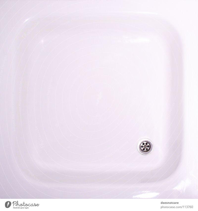 Keep Yourself Clean! schön Bad Sauberkeit weiß rein minimalistisch Dusche (Installation) Abfluss Duschwanne Detailaufnahme Textfreiraum Mitte Kunstlicht
