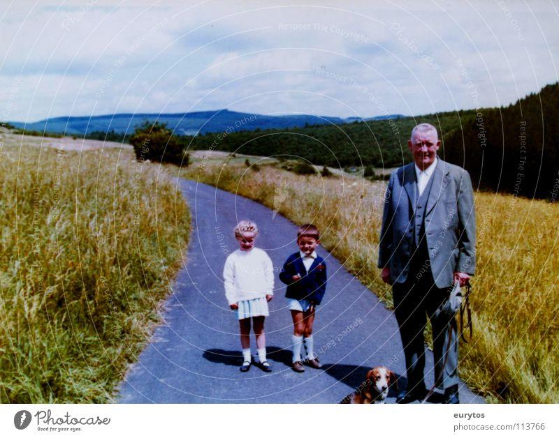 Wirtschaftswunderjahre... Himmel Mädchen Sommer Wolken Junge Senior Wege & Pfade Feld Horizont Familie & Verwandtschaft Großeltern retro Spaziergang Asphalt Fußweg historisch