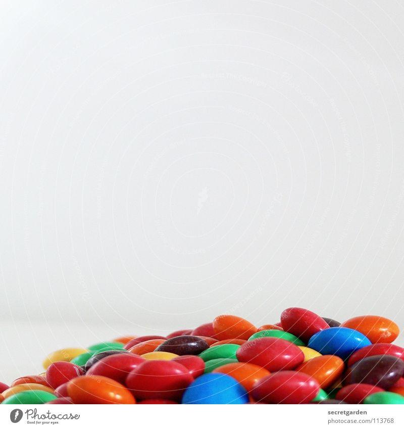 unterm sofa gefunden.... Schokolade Schokolinsen rot gelb grün braun Überzug Zucker dünn Süßwaren weiß Tisch mehrfarbig Ernährung Pause klein Erinnerung