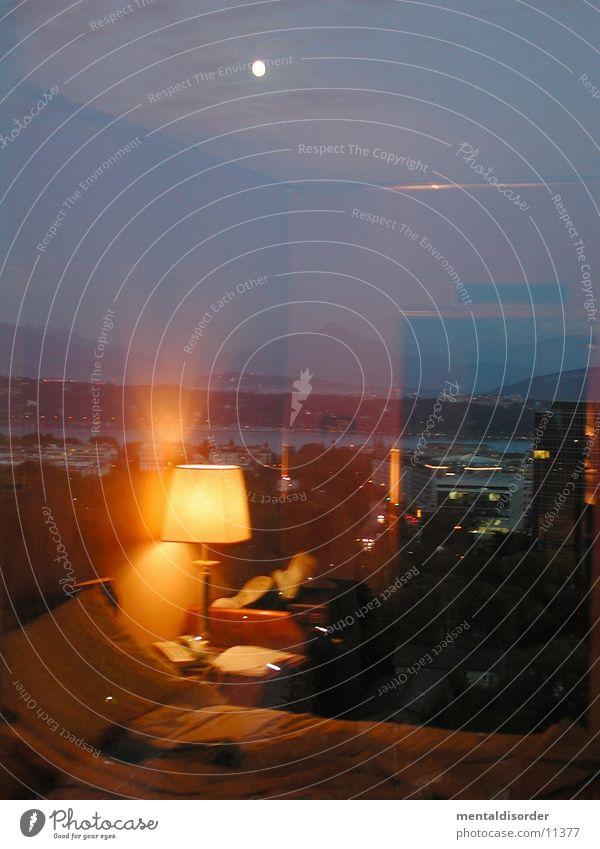 Hotelzimmer II Lampe Fenster Raum Glas Tür schlafen Bett Spiegel Mond Motel