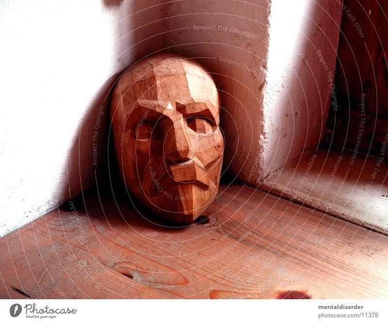 Maske aus Holz braun Fenster weiß Muster obskur Gesicht Ecke Natur Bodenbelag Flur Rahmen Auge Nase Mund Kopf Blick Schatten Maserung