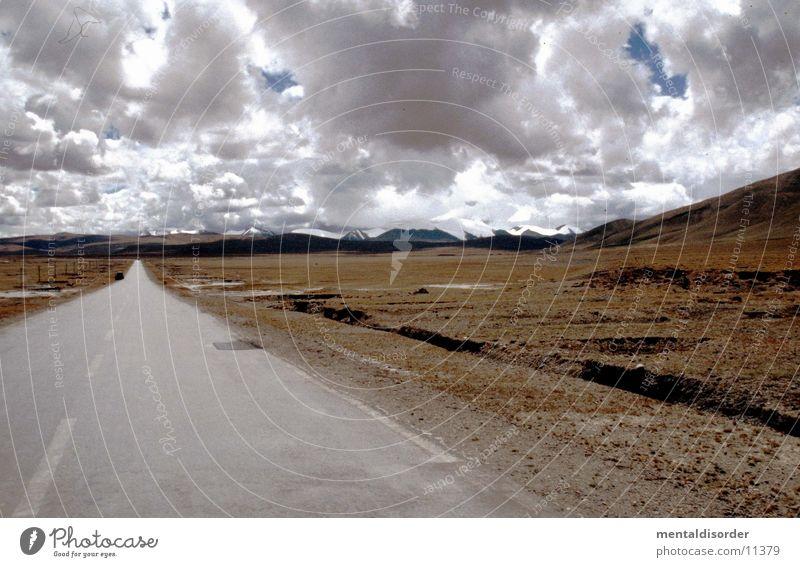 weites Land Natur Himmel Wolken Ferne Straße Gras Berge u. Gebirge grau Wege & Pfade Linie braun gehen Horizont geschlossen Ende Mitte
