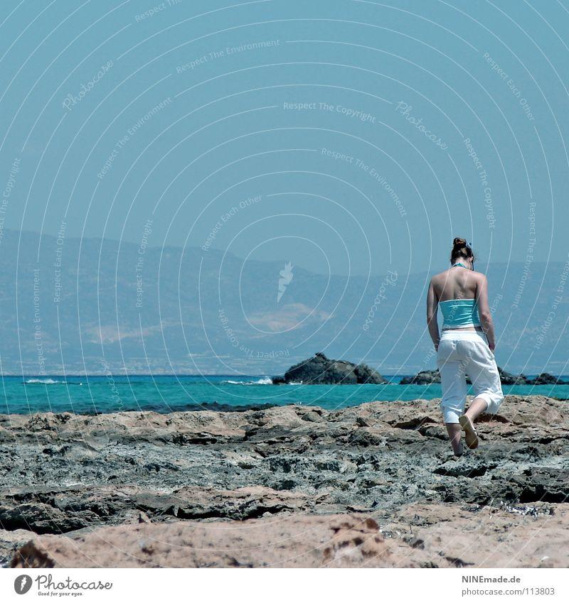 Spaziergang ... Strand Einsamkeit ruhig Meer Ferien & Urlaub & Reisen Gefühle Urlaubsstimmung gehen Frau türkis weiß harmonisch Zufriedenheit Kreta Griechenland