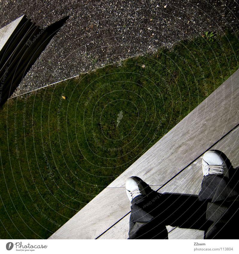 abgestanden IV stehen Müllbehälter Park Wiese graphisch einfach Kies Kieselsteine Mann Schuhe weiß Sträucher grün sehr wenige Stil Geometrie Vogelperspektive