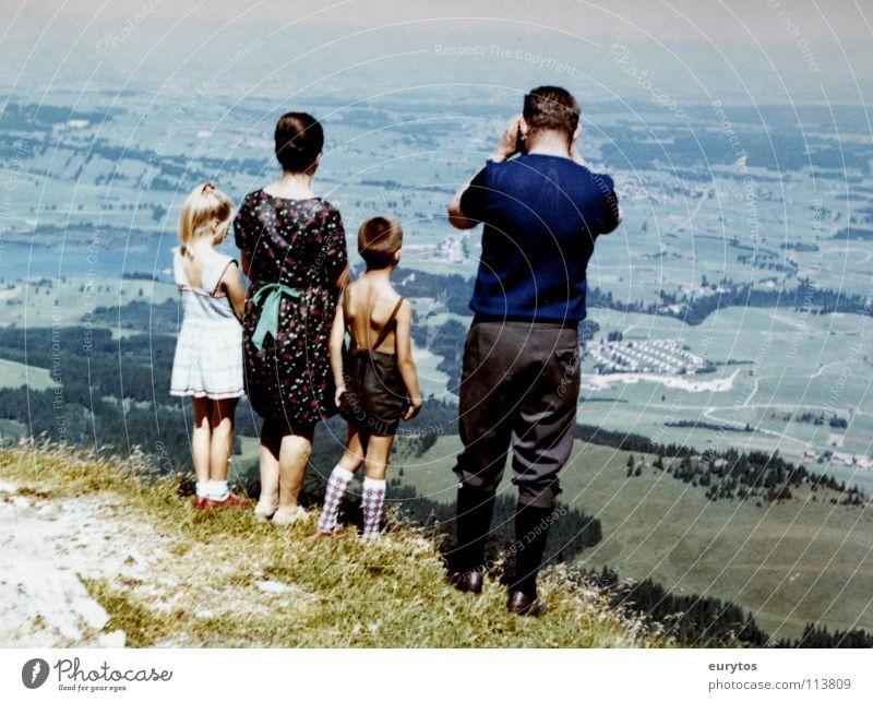 Wirtschaftswunderjahre... Mensch Kind Ferien & Urlaub & Reisen grün Sommer Mädchen Ferne Berge u. Gebirge Wiese Junge Freiheit blond Aussicht Kleid Frieden