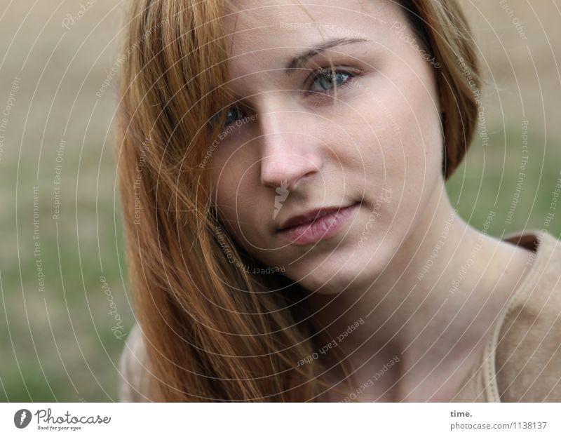 . feminin Frau Erwachsene 1 Mensch Jacke rothaarig langhaarig beobachten Denken Blick warten Zufriedenheit Vertrauen Sicherheit Geborgenheit Wachsamkeit