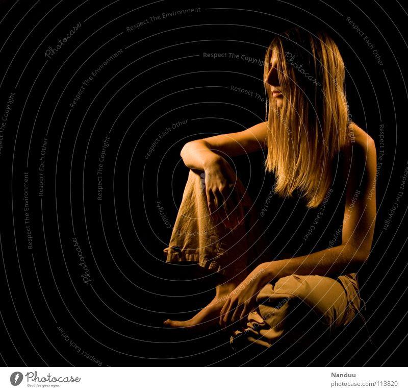 Ausruhen Frau Erholung dunkel Wärme lachen Zufriedenheit blond sitzen glänzend groß Tisch Sicherheit trist Pause Ecke Spitze