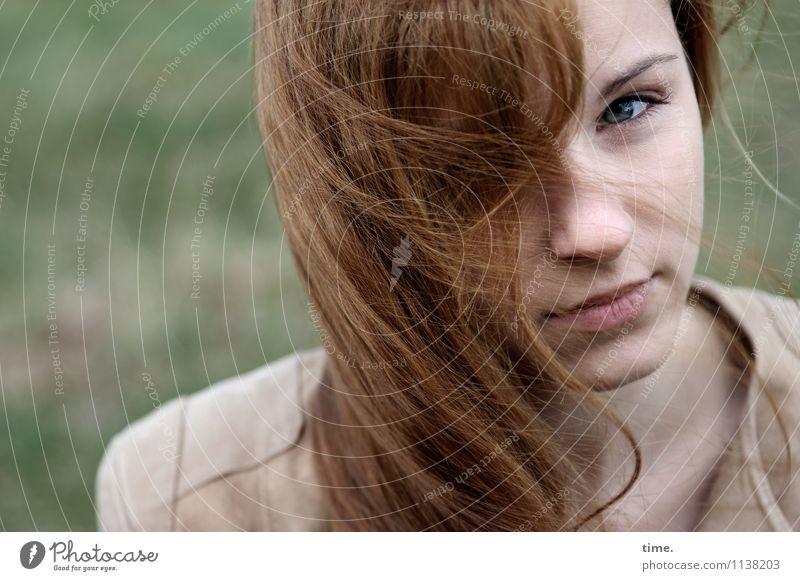 . Mensch Jugendliche schön Junge Frau feminin warten beobachten Jacke langhaarig rothaarig skeptisch