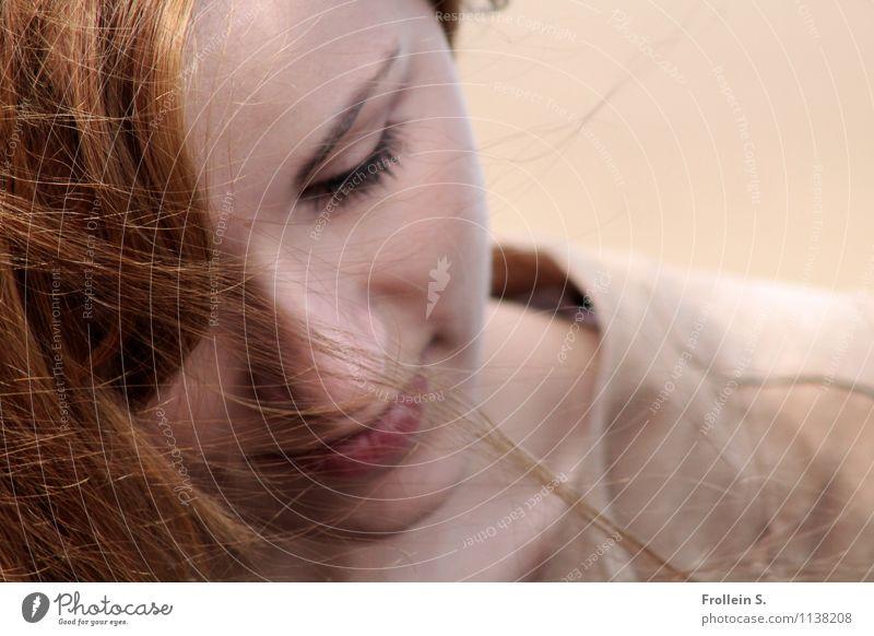 Madame Mensch feminin Junge Frau Jugendliche Gesicht Lippen Haare & Frisuren 1 18-30 Jahre Erwachsene rothaarig Lächeln träumen braun Zufriedenheit